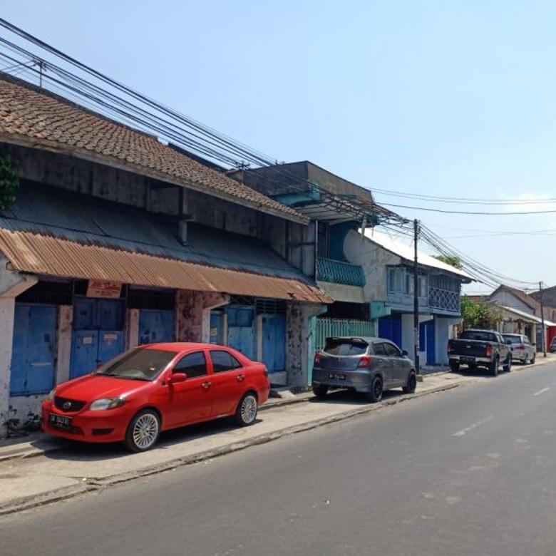 Toko dan rumah di pinggir jalan raya Ampenan