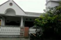 Rumah 1.5 Lantai dengan 4 Kamar Tidur di Perumnas 1