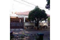 Rumah Menawan Hadap Taman di Pondok Kelapa