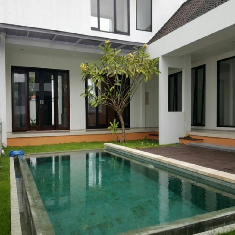 rumah style villa pool dan taman luas tukad badung renon