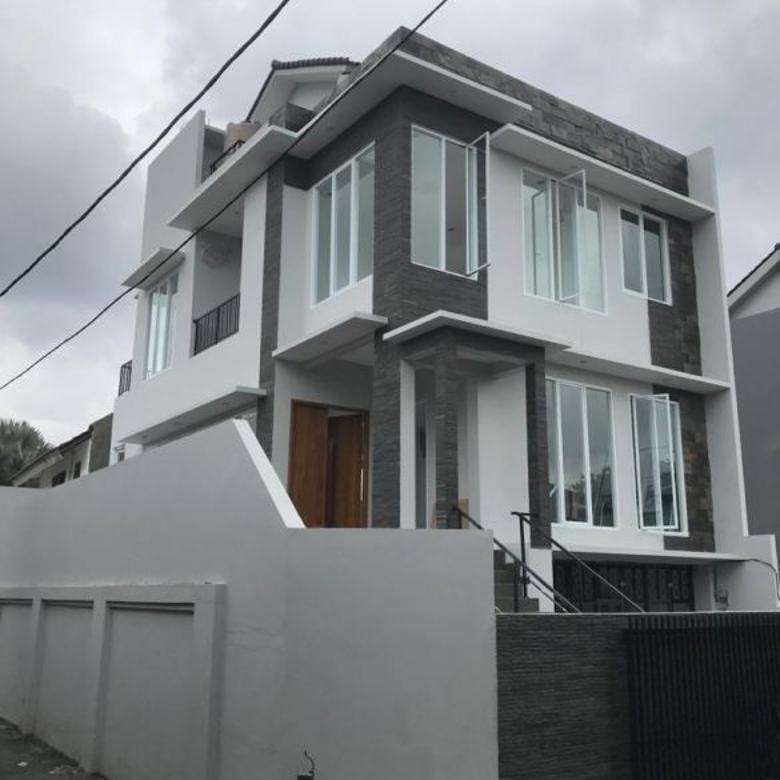 Rumah Berdesain Modern, Strategis di Cidodol, Kebayoran Lama