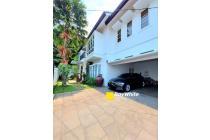 Rumah Mewah di Jagakarsa, Jakarta Selatan, Siap Huni, Hadap Selatan, Lingkungan Tenang, Private Pool