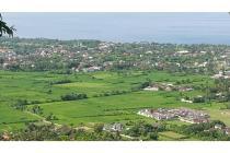 Tanah bukit lokasi Batu Layar dengan pemandangan laut dan kota Mataram