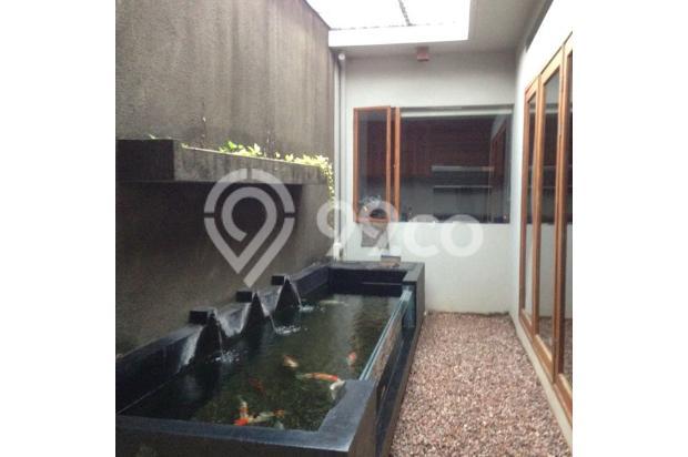 Kebun kering di bagian belakang rumah lengkap dengan kolam koi unik, serta jendela kaca dapur besar yang menghadap kolam 4942206