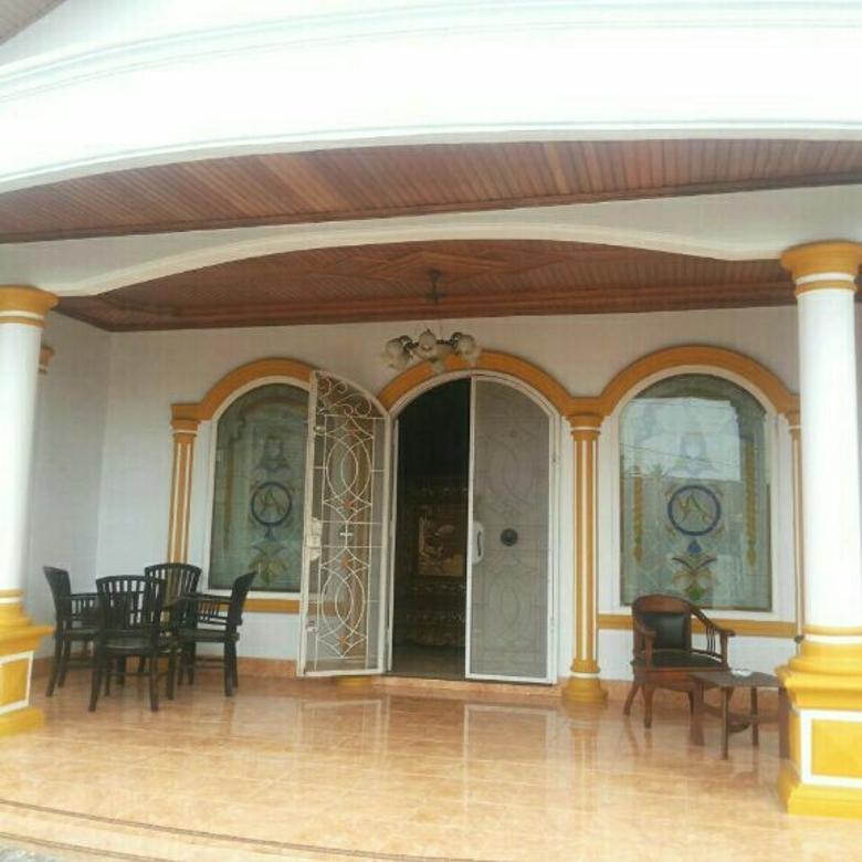 rumah mewah dengan ruang tamu yg luas