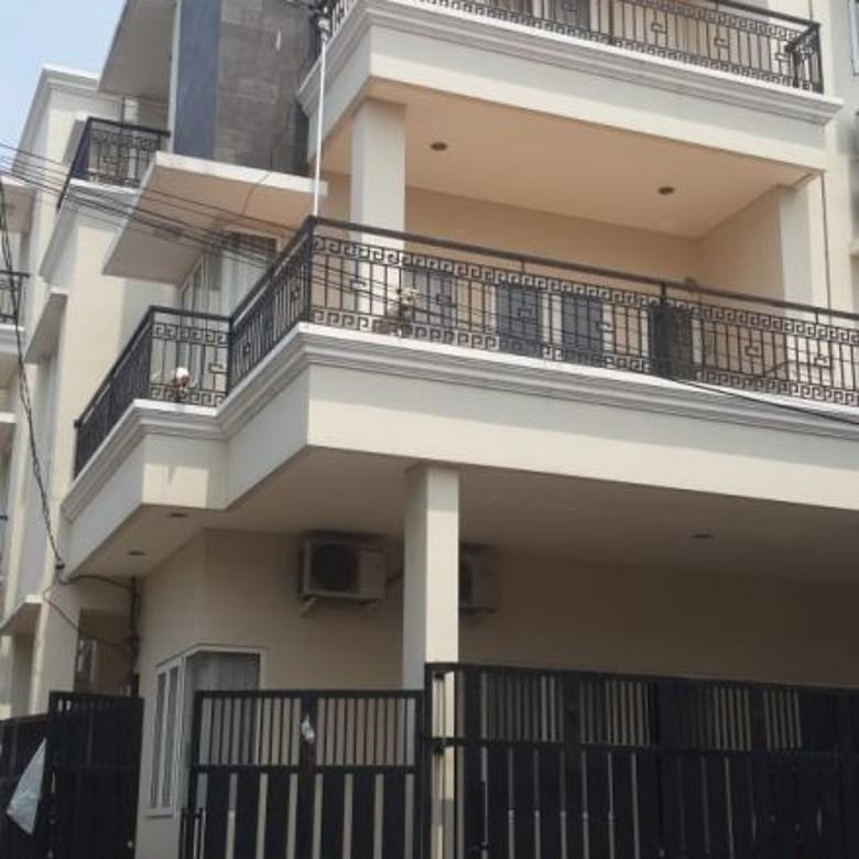 Dijual Rumah 3 lantai bisa di buat kost2an. Di Rawamangun. Jak