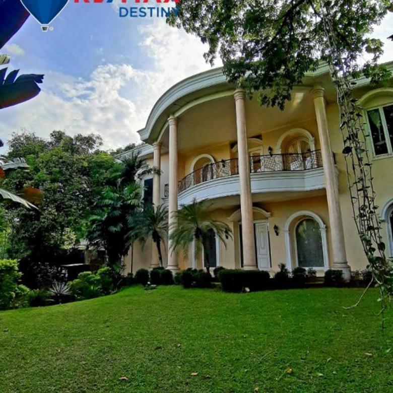 Rumah ini terletak di daerah elit Kemang. Dekat Kemang Dalam.