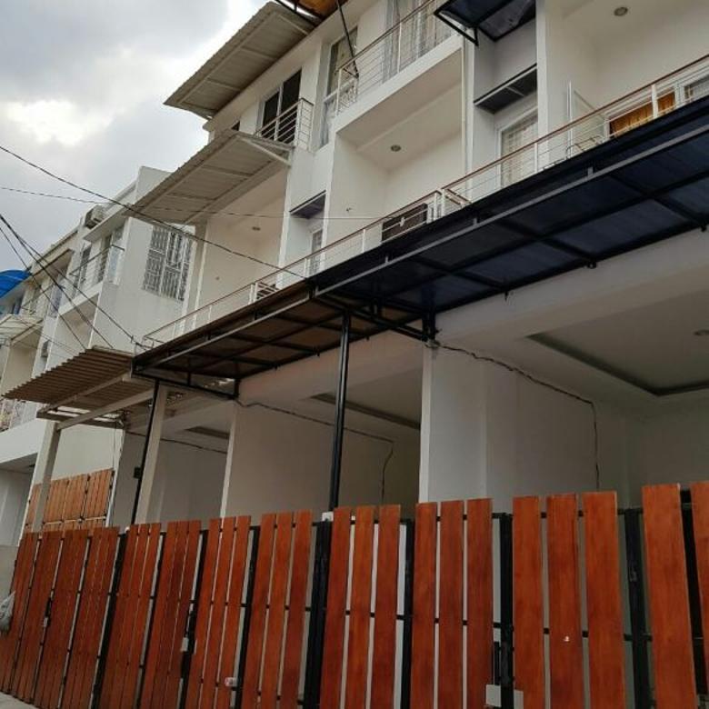 rumah semibaru kondisi bangunan bagus di duri kepa