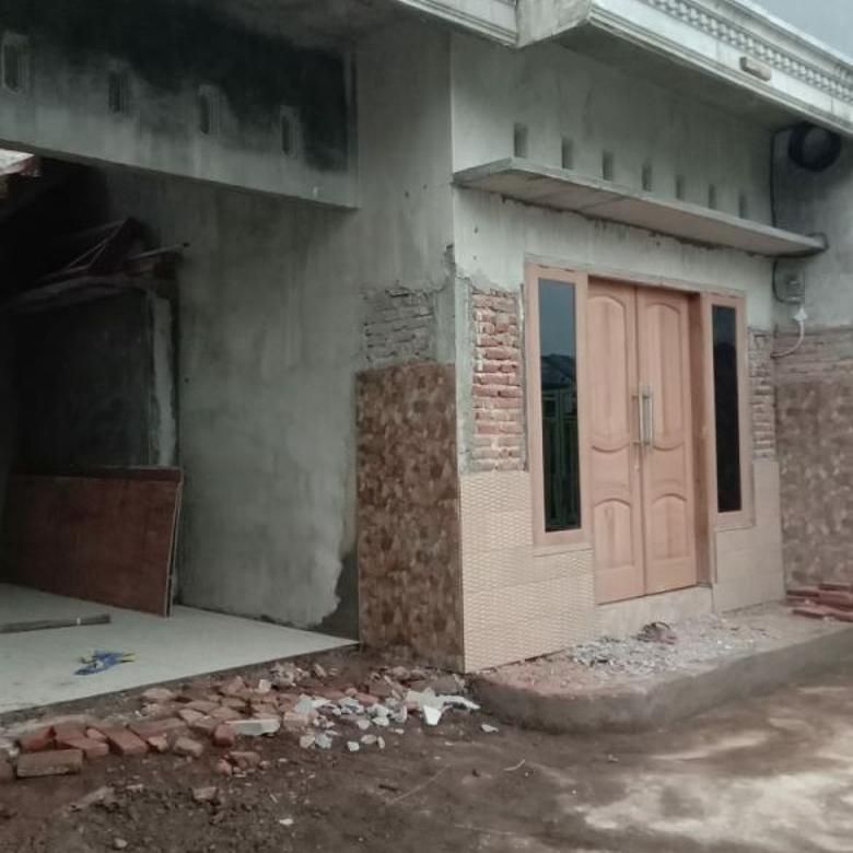 Rumah baru bangun proses finishing di depan pasar Landungsari