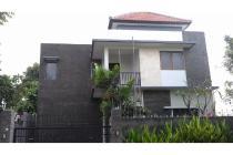 Rumah baru 3 kamar tidur dan kolam renang di dekat Gatsu Barat, Denpasar