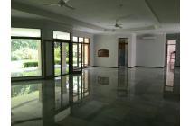 Disewa rumah mewah besar di Kemang.