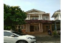 Rumah besar dan damai di kota wisata