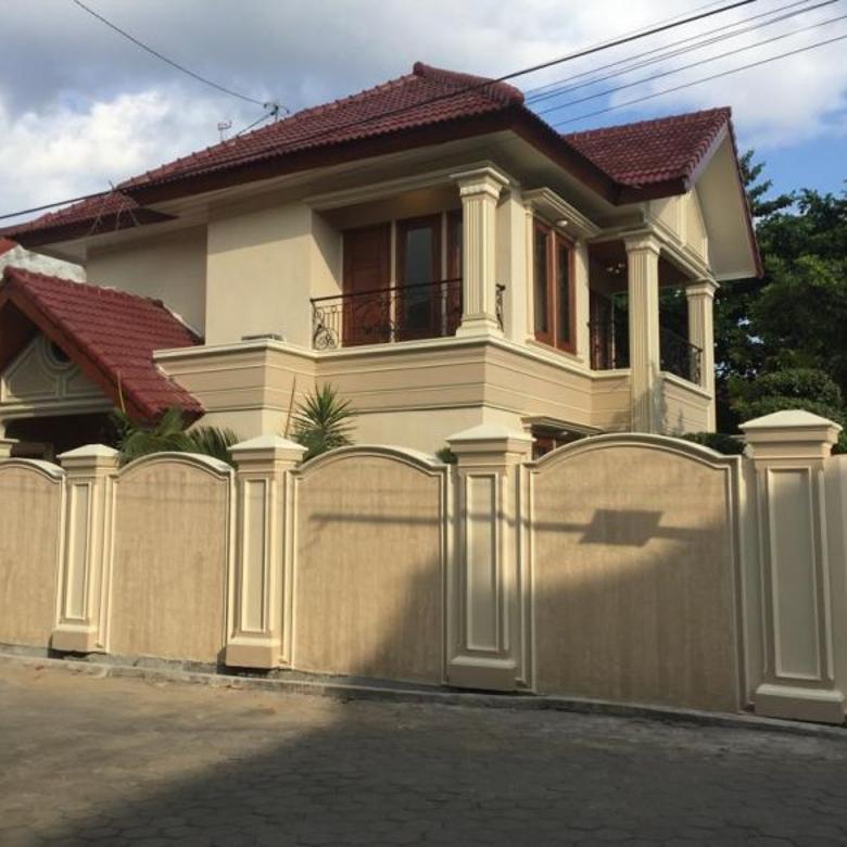 Rumah mewah dengan kolam renang, dekat Tugu Jogja.