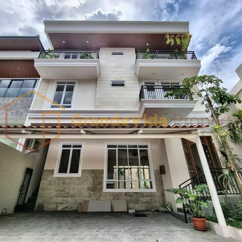 Pondok Indah – Rumah Bangunan Baru Tahun 2020, Terawat Dan Siap Huni, Posisi Pojok, Semi Furnished.