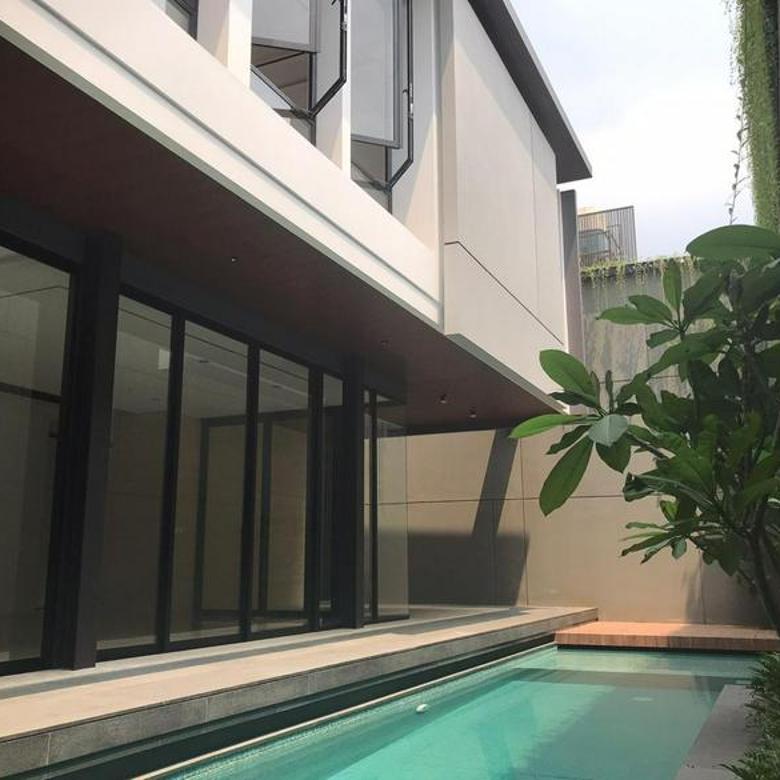 Rumah Modern dengan Kolam Pribadi di Pondok Indah