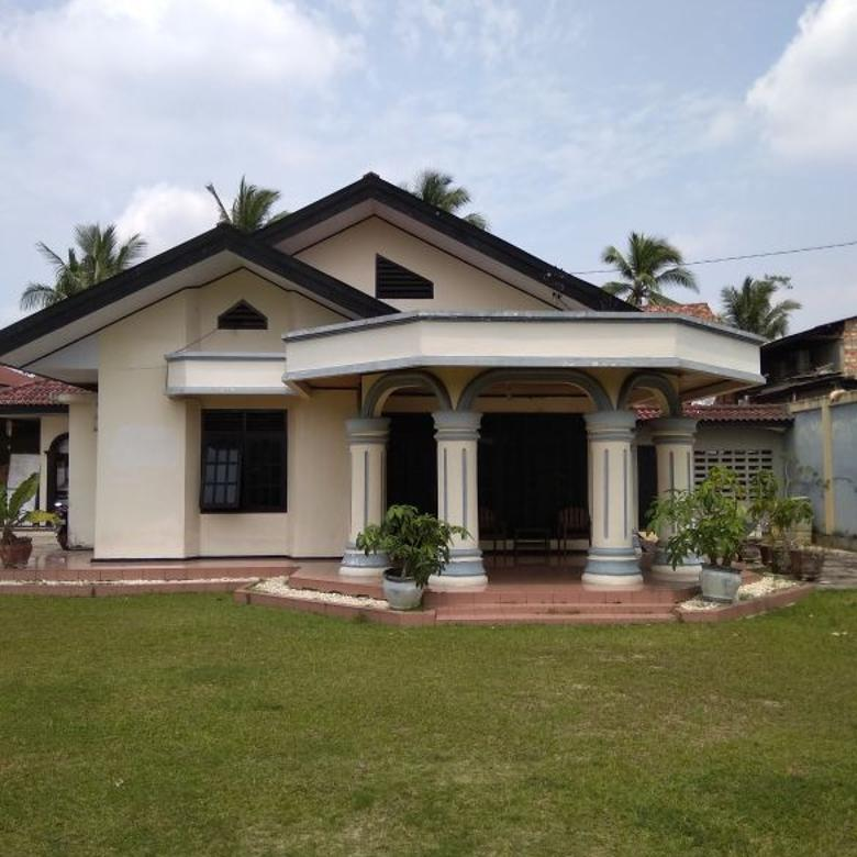 rumah dengan halaman luas