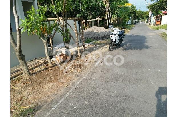 Jalan Lebar Aspal Halus  18273562