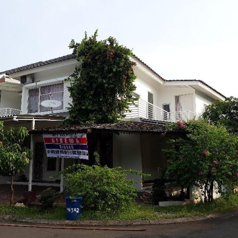 Rumah Nuansa Putih Posisi Hoek Semi Furnished di Green Park Ja