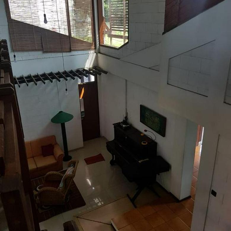 Rumah Tinggal Dengan Halaman Luas di Setrasari Bandung