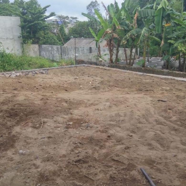 Tanah Pekarangan sudah fondasi keliling dekat Gerbang UII